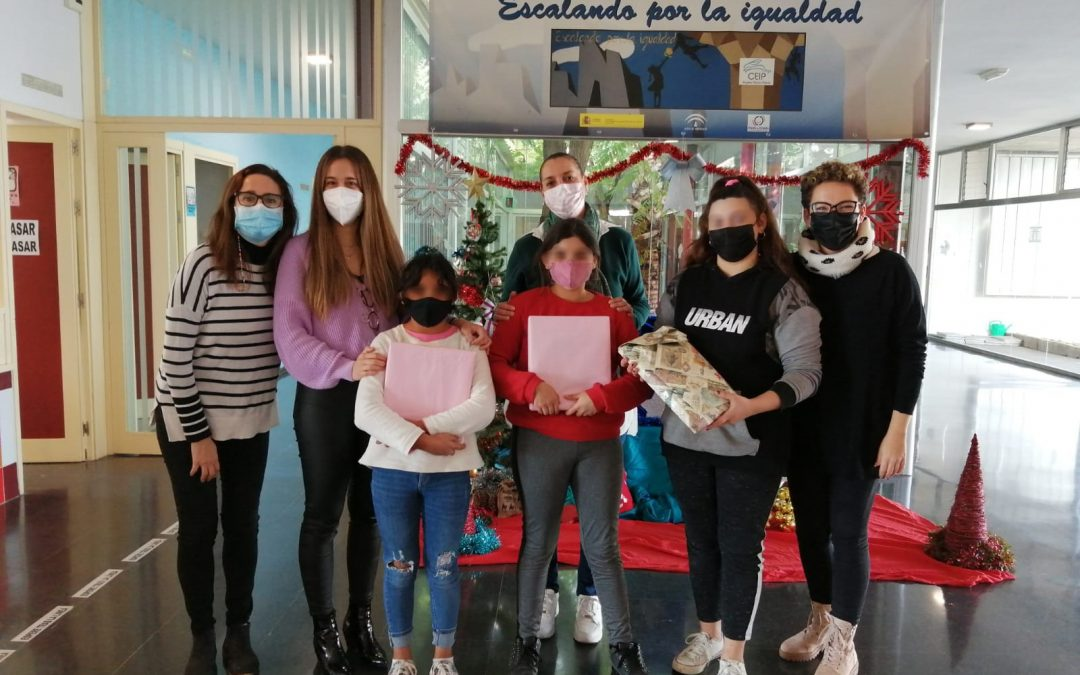 FLACEMA y Cementos Portland Valderrivas entregan los premios del Concurso de Pintura Infantil, a tres alumnas del CEIP Ángeles Martín Mateo de Alcalá de Guadaíra